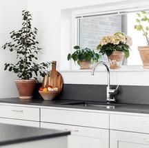 Fönster övanför köksbänken
