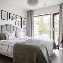Sovrum med stora fönster