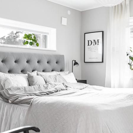 Fönster övanför sängen