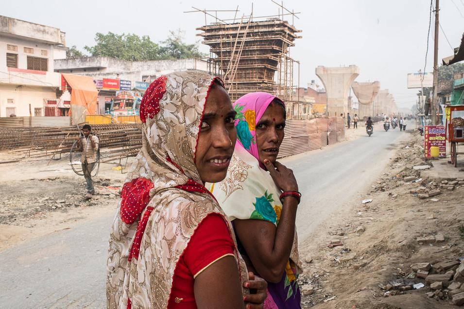 Ženy jdou podel ulice.