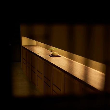 窓越し、バックカウンター、垂れ壁、間接照明