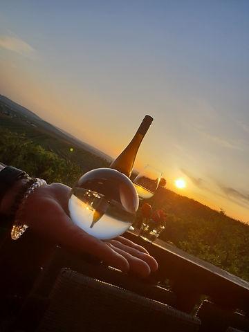 Hand Glaskugel Wein.jpg