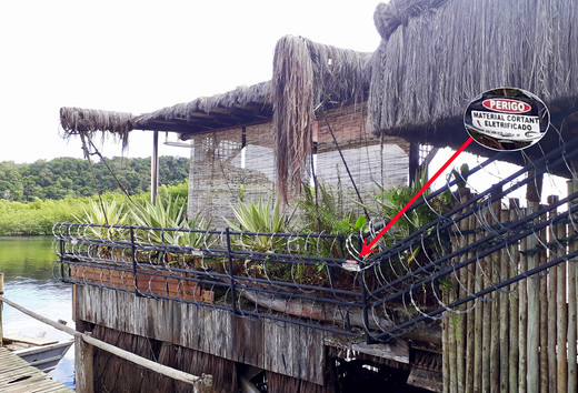 Caraíva 02/08/2017 - Deck ilegal cercado de arame cortante eletrificado