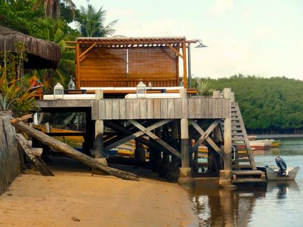 Caraíva O deck ilegal acima da praia e do rio  em 2004