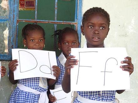 Kinderen in Gambia just let it happen