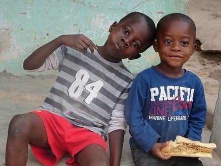2 jongetjes in Gambia Stichting Just let it happen
