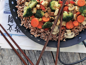 Asiatische Dinkelpfanne mit Gemüse und Tofu