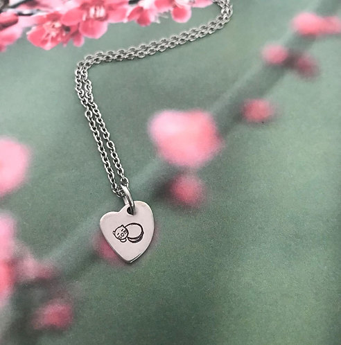 sleeping cat on little heart with chain necklace