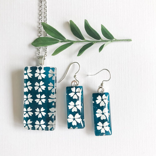 beautiful blue & white pendant and earring set