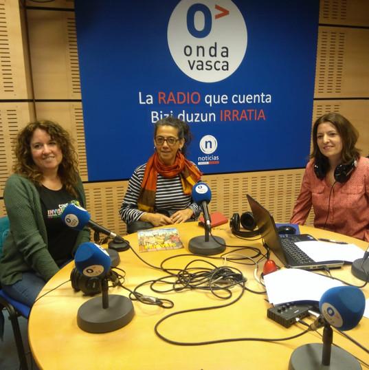 Entrevista Radio Onda. Miembros de KCD con MARIE-CLÈMENCE ANDRIAMONTA (Centro)