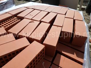 Не дорогой красный керамический кирпич  гладкий полуторный : в длину - 250 мм , в ширину - 120 мм и