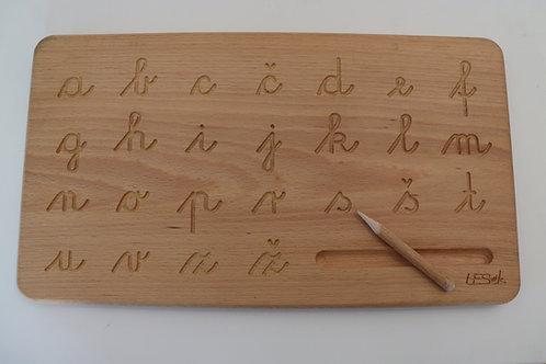 Lesena tablica s pisanimi črkami