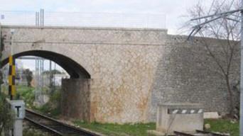 Nessun pericolo per lo storico ponte sulla ferrovia nei pressi del Cimitero
