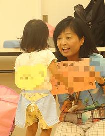 Yancy講師の土井やすこ と話す幼児