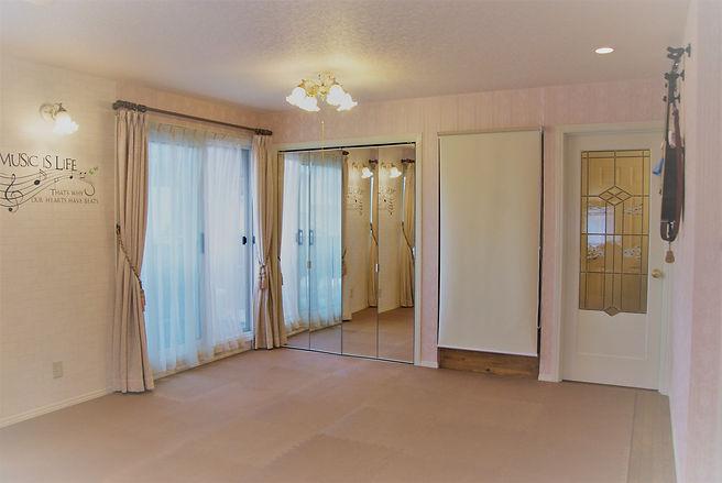 広い洋室 うすピンクの壁紙