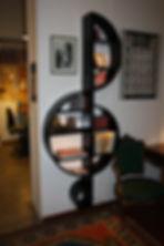 """Libreria in legno """"La Violino"""" in un esempio di arredamento"""