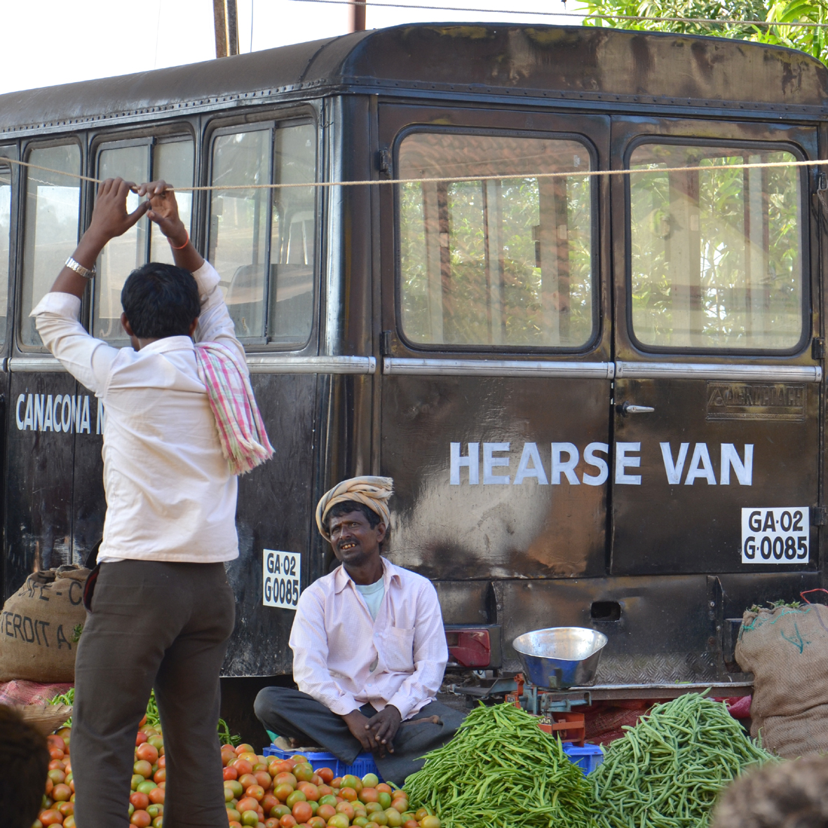 Hearse Van in the Market, Chaudi