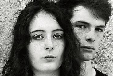 portrait d un jeune couple photo mode en noir et blanc réalisé en pellicule photo.
