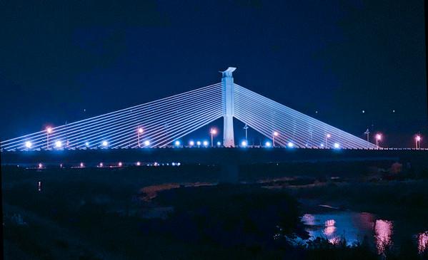 夜空下的北港媽祖大橋