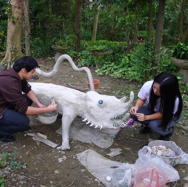 姊弟合作座雕塑