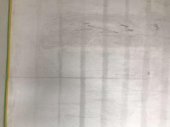 下地を塗ると亀裂がはっきりと見える@いいかべ珪藻土ブログ
