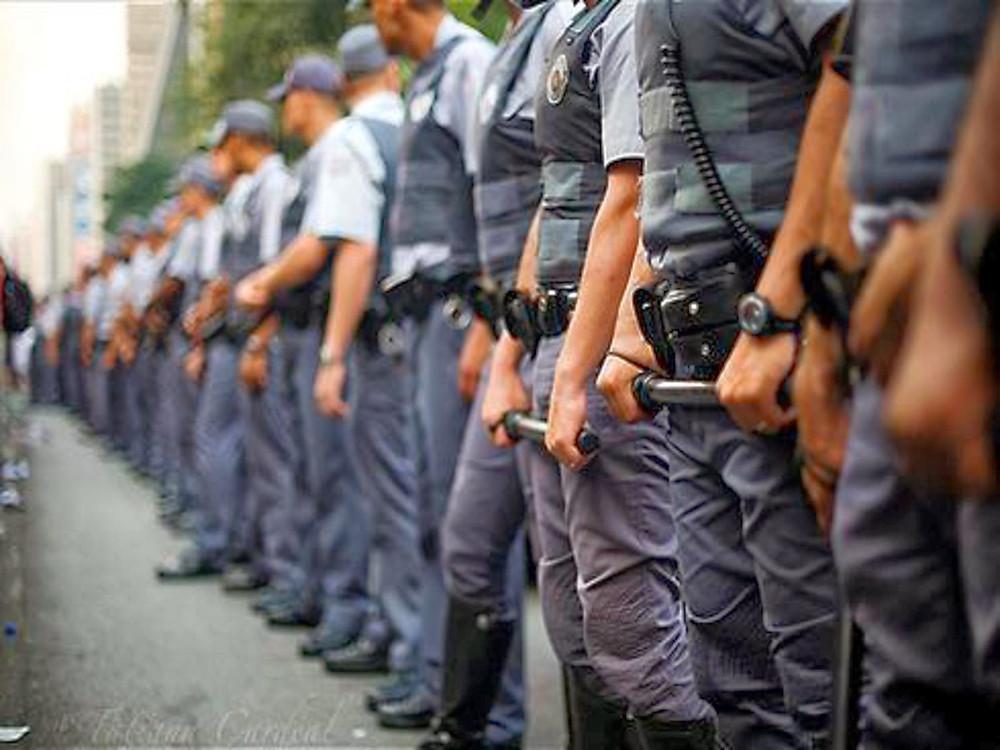 #PraCegoVer: foto de policiais civis organizados em fila.