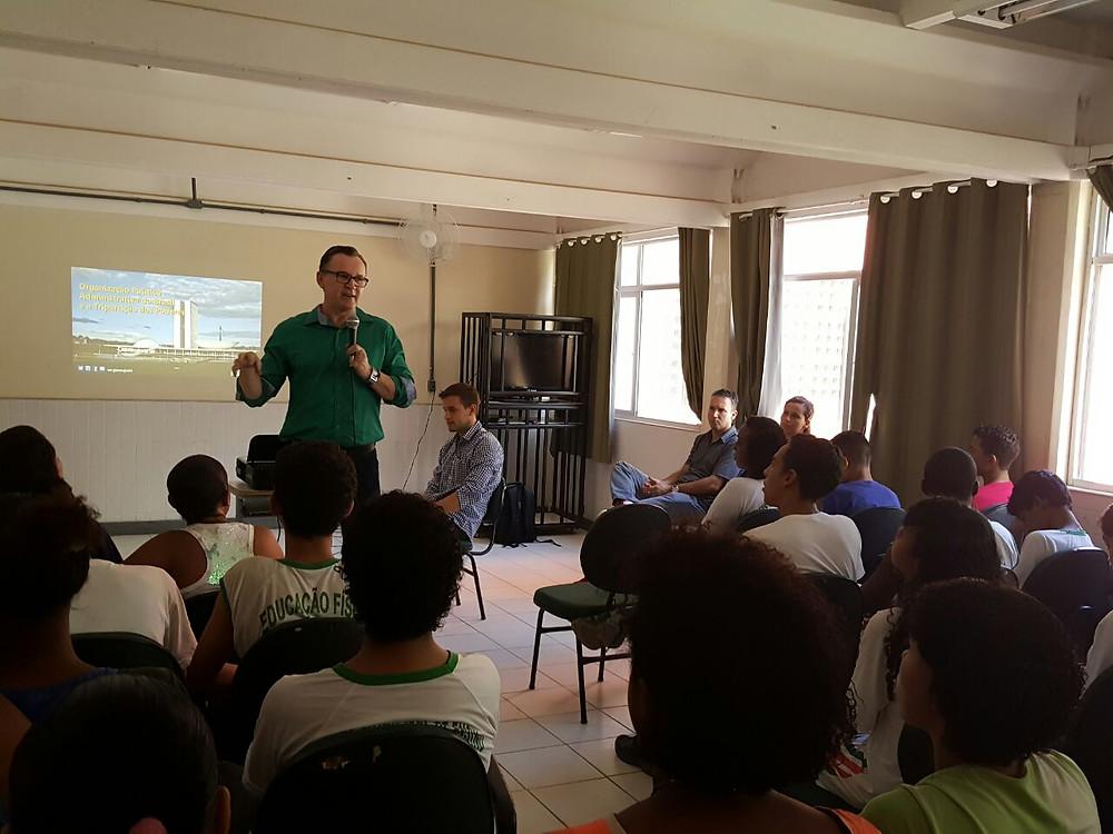 Majeski conversa com alunos do Ensino Médio sobre poderes Legislativo e Executivo