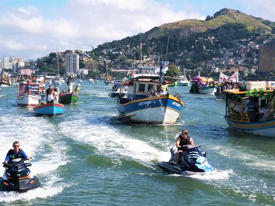 Eventos religiosos, como a procissão marítima de São Pedro, são atrativos turísticos de Vitória