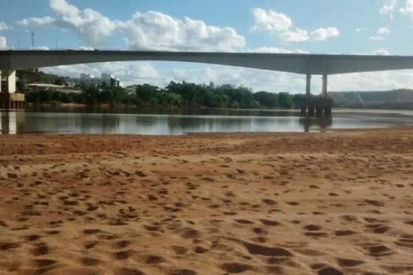 Banco de areia no Rio Doce evidencia crise hídrica no ES. Foto: Raquel Lopes / A Gazeta