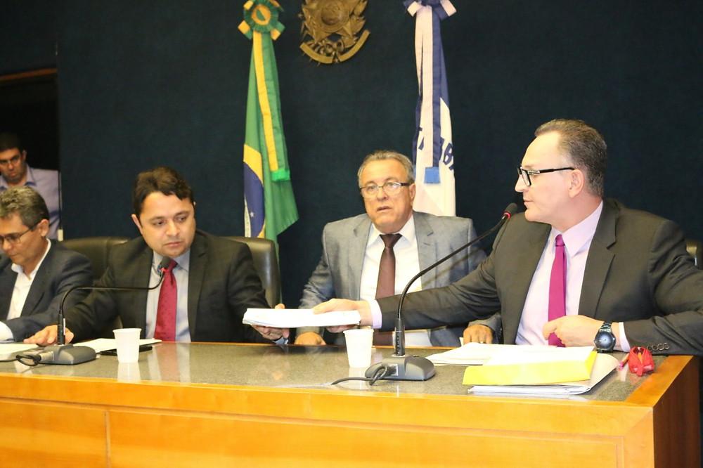 Majeski entrega relatório ao presidente da Comissão de Educação