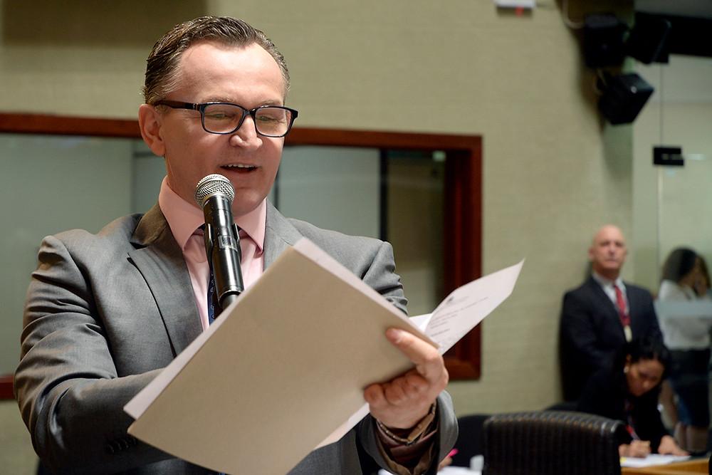 Deputado estadual Sergio Majeski analisa a ordem do dia. Foto: Comunicação ALES