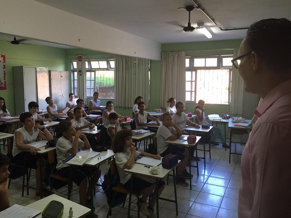 Em São Roque do Canaã, o deputado conversou professores e alunos da EEEFM David Roldi