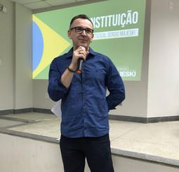 #PraCegoVer: Na imagem o deputado Majeski falando ao microfone durante palestra sobre educação política, no interior.