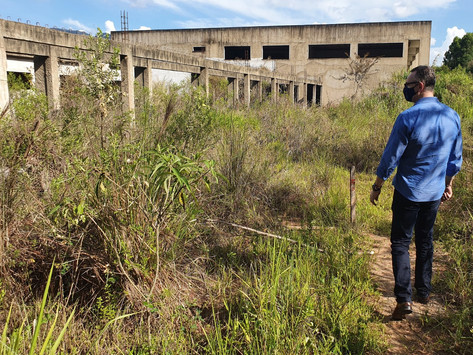 Iúna: Governo sinaliza com limpeza e cercamento da obra da escola técnica