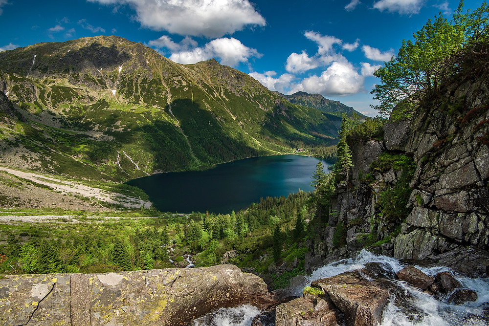 Vododpád a jazero v horách cez letný slnečný deň