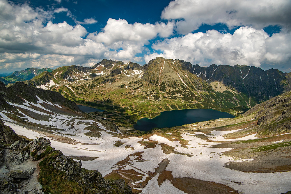 Dolina v horách so snehom a jazerami, Vysoké Tatry