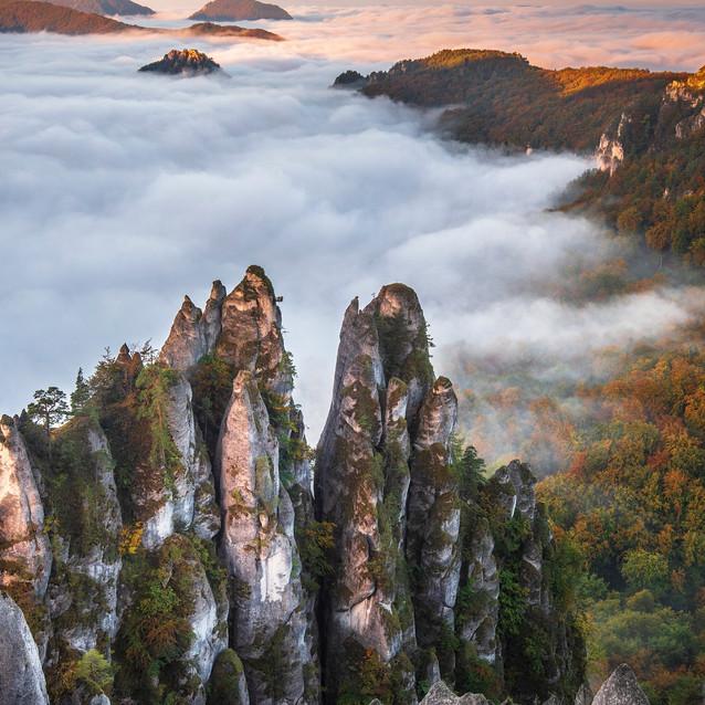 Východ slnka nad skalami