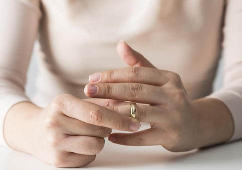 woman-wedding-ring.jpg