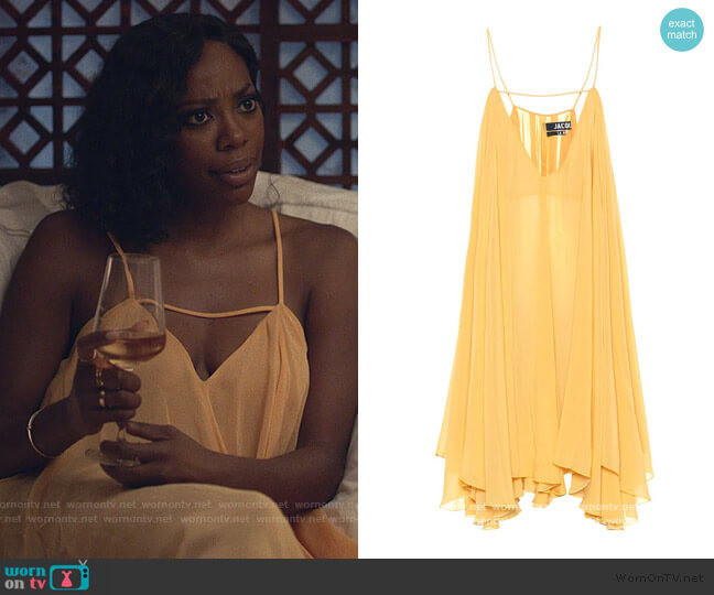 Molly, personnage d'Insecure dans la bellezza mini dress de Jacquemus