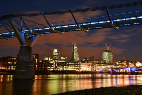 Dusk mood with the Millenium Bridge