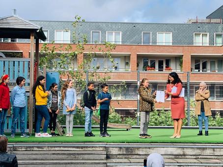Wethouder TouriaMeliani reikt diploma's uit aan leerligmediatoren Joop Westerweelschool