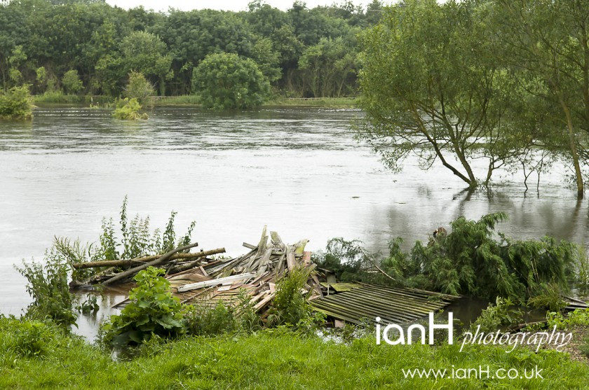 Debris_washed_up_as_the_flooding_of_the_River_Stour_sweeps_away_fences