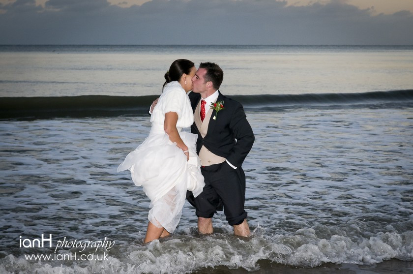 Bournemouth_wedding_photographer_Bride_and_Groom_kiss_in_the_sea_on_Bournemouth_beach