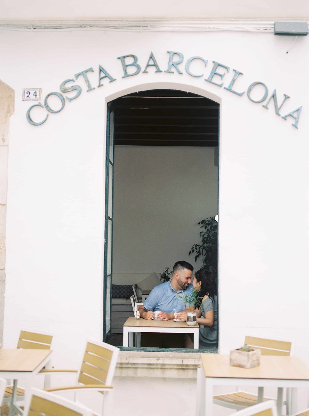 couple photoshoot in a cafe in barcelona