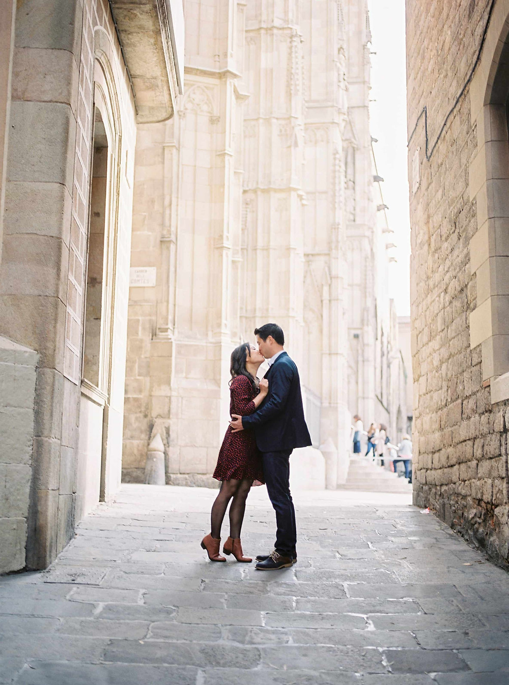 couple kissing in the streets of barcelona