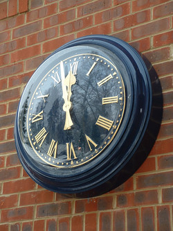 Bezel clock with a cover glass