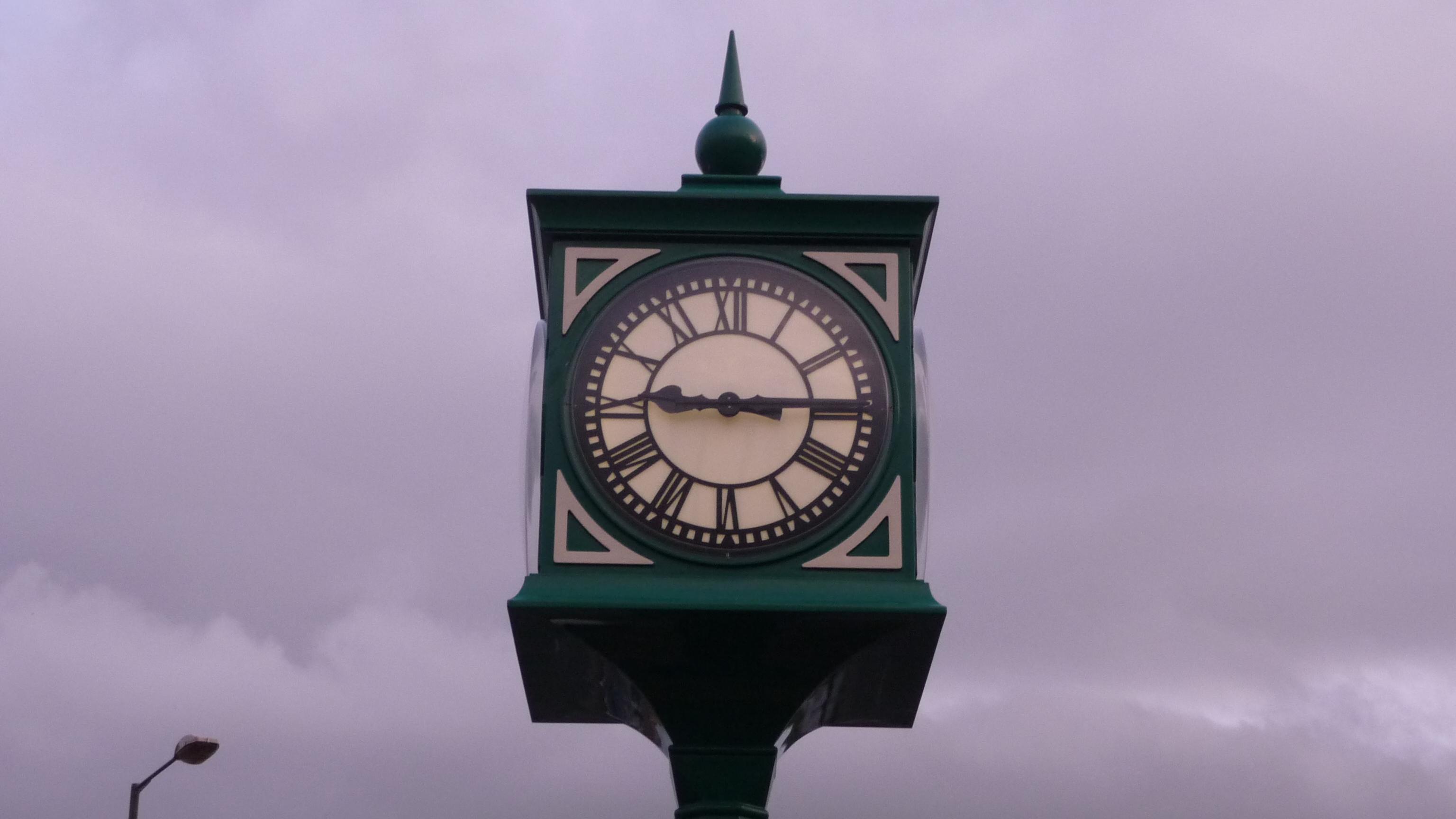 External pillar clock