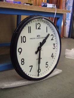 Flat cover glass bezel clock