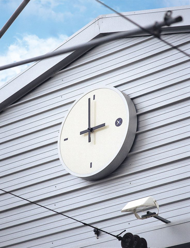 Large exterior bezel clock