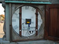 Exterior clock showing mechanism